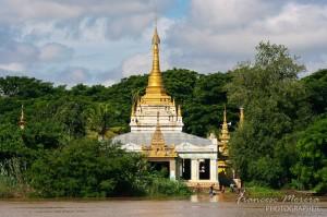 Pagoda en la orilla del rio