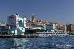 Ferry cruzando bajo el Puente Gálata