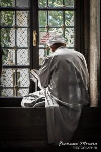 Iman leyendo el Corán, en Eyüp