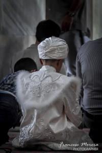 Niño musulmán celebrando la