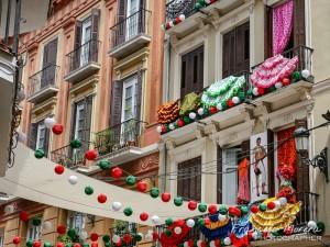 Edificios y calles vestidos para la Feria