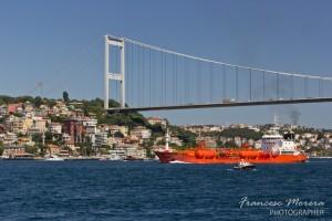 Puente y barco en el Bósforo