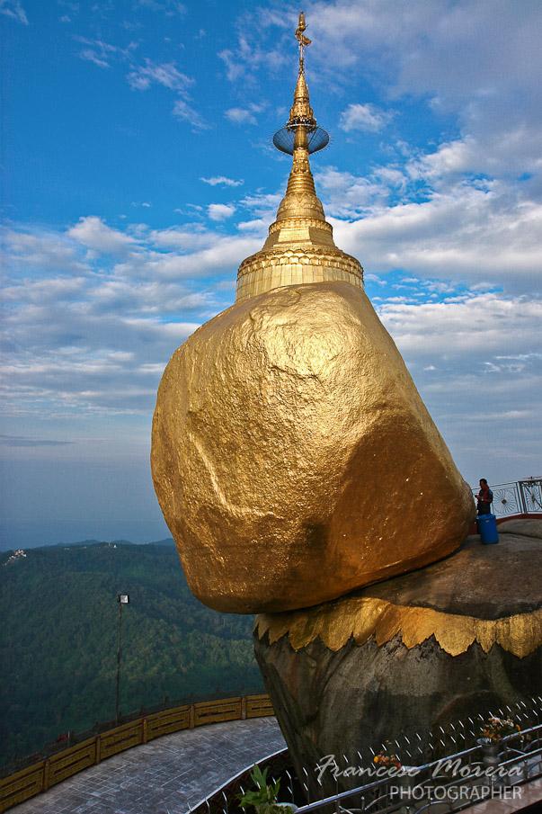 Peregrinos en birmania kyaiktiyo la golden rock for Roca en ingles