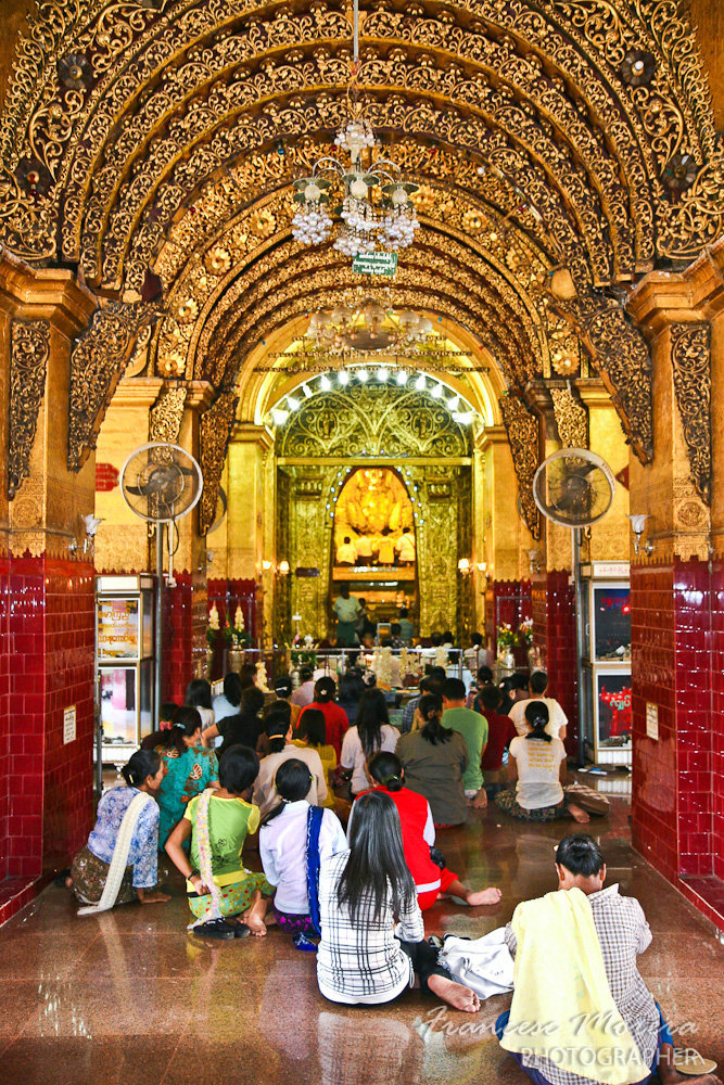 Rezando al Budha Mahamuni