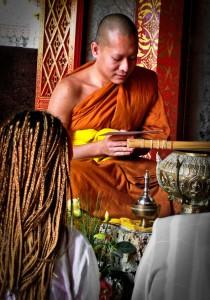 Monje dando bendiciones en el Doi Suthep