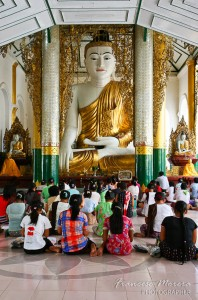 Rezando en Shwedagon