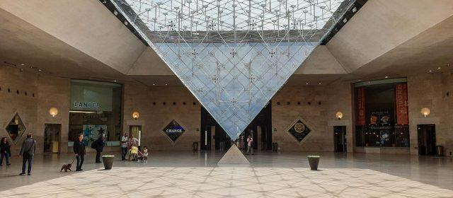 Louvre: Historia y Leyenda de una Pirámide Invertida