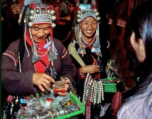Mujeres Akha en el mercado nocturno de Chiang Mai