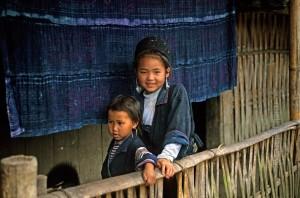 Niños Hmong by P. Smith